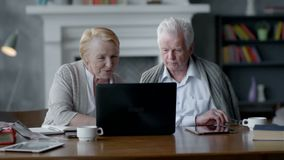 Rengöringsdukkameran, åldring kopplar ihop att ha gyckel, i att meddela med familjen på internet i bekväm vardagsrum lager videofilmer
