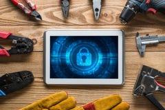 Rengöringsduksäkerhet och teknologibegrepp med minnestavlaPC på trätabellen fotografering för bildbyråer
