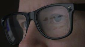 Rengöringsdukshopping reflekterad i exponeringsglas arkivfilmer