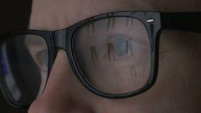 Rengöringsdukshopping reflekterad i exponeringsglas stock video