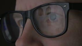 Rengöringsdukshopping reflekterad i exponeringsglas lager videofilmer