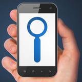 Rengöringsdukutvecklingsbegrepp: Sökande på smartphonen Arkivfoton