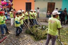 Rengöringsmedel med kvaster som gör ren på processionen av San Bartolome de Becerra, Antigua, Guatemala Fotografering för Bildbyråer