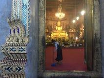Rengöringsmedel på templet av Klockor, Bangkok royaltyfri fotografi