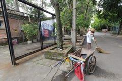 Rengöringsmedlet och hans spårvagn i den redtory idérika trädgården, guangzhou, porslin royaltyfri foto