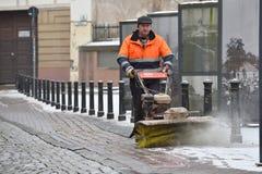 Rengöringsmedlet sopar snön Fotografering för Bildbyråer