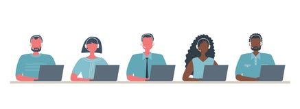 Reng?ringsdukbaner av arbetare f?r appellmitt Unga m?n och kvinnor i h?rlurar som sitter p? tabellen p? en vit bakgrund stock illustrationer