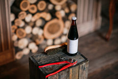 Rengörande skor på träbakgrund svart sko med en borste Justerbar skiftnyckel för Red ljusa cirklar för bakgrund som gifta sig whi Royaltyfria Bilder