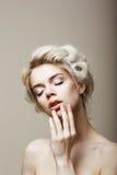 Renhet. Sinnlig romantisk blond kvinnlig med stängda ögon som trycker på hennes framsida. Musa royaltyfria bilder