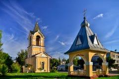 Reni ukraine Am 22 Der Glockenturm der heiligen Besteigungs-Kathedrale Vor dem hintergrund des blauen Himmels mit Federwolke stockfotos