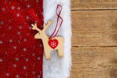 Renifer na Santa& x27; s kapelusz na drewnie Zdjęcia Stock