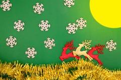 Renifera zabawki, śniegu, księżyc i jodły dekoracja dla zima wakacji, Obrazy Royalty Free