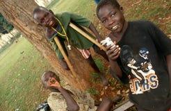Renifleurs d'un garçon handicapé et de colle dans Kampala, Ouganda Images stock