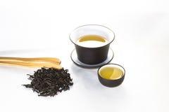 Reniflez la tasse avec le vert, le thé de fleur, gaiwan et une tasse de thé photo libre de droits