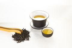 Reniflez la tasse avec le vert, le thé de fleur, gaiwan et une tasse de thé image stock