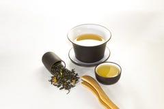 Reniflez la tasse avec le vert, le thé de fleur, gaiwan et une tasse de thé sur un petit morceau photographie stock libre de droits