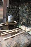 Reningspringbrunn med sleven på en japansk relikskrin royaltyfri fotografi