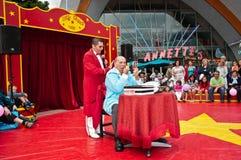 Renivellement de clown dans le village de Disney hors de disneyland Photos libres de droits