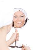 Renivellement de femme dans le miroir images stock