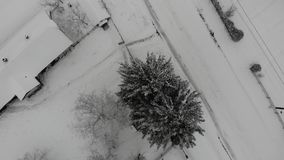 Renivellement de la mode Art La terre est couverte de neige Mouche lisse vers le bas avec la rotation sur un point banque de vidéos