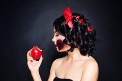 Renivellement de Veille de la toussaint Femme avec la neige blanche de maquillage artistique sur le noir Image stock