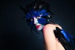 Renivellement de Veille de la toussaint Femme d'oiseau d'imagination avec le maquillage artistique Photos libres de droits