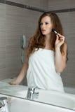 Renivellement magnifique de femme dans la salle de bains Photographie stock libre de droits