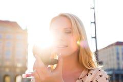 Renivellement régénérateur de femme avec le lustre au soleil photographie stock libre de droits