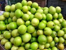 Renklofrukter i den till salu marknaden royaltyfri bild