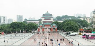 RenMin Dalitang in Leute ` s Quadrat Chongqing-Panorama an einem nebeligen Tag lizenzfreie stockfotos