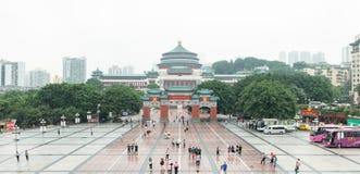 RenMin Dalitang in mensen` s vierkant Chongqing panorama op een mistige dag royalty-vrije stock foto's