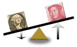 Renminbi en hausse contre le dollar US en baisse Photo libre de droits