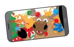 Renna divertente che prende un selfie nell'officina del ` s di Santa royalty illustrazione gratis