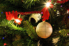 Renna e palla rosse dell'albero di Natale Immagine Stock