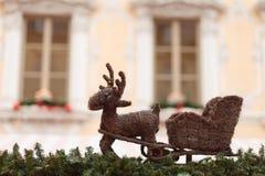 Renne avec le traîneau sur le toit d'un support du marché de Noël Photographie stock