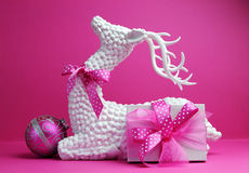 Renne blanc, babiole rose et de cadeau actuel de vacances de Noël toujours durée de fête image stock