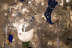 Renne blanc dans l'arbre éclatant de vacances Photo libre de droits