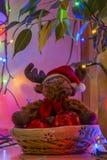 Renne sous un arbre de Noël Images stock