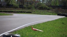 Rennen gehen-kart in eine hintere Ansicht der Kurve stock video footage