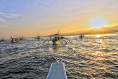 Rennen in Richtung zum Sonnenaufgang lizenzfreie stockfotos