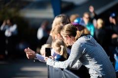 Rennen Ultra-Spur-Australiens UTA11 Frauenvideoläufer an ihrem Telefon ungefähr, zum auf Zielgerade zu beenden stockfotos