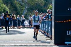 Rennen Ultra-Spur-Australiens UTA11 Läufer Tim Lovett an der Ziellinie stockfotos