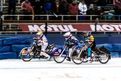 Rennen von drei Motorradfahrern auf Eis Lizenzfreie Stockbilder