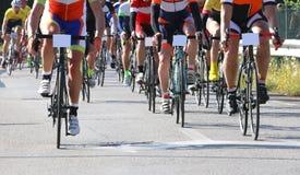 Rennend fietsen door fietsers tijdens het wegras dat worden geleid stock afbeelding