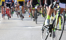 Rennend fietsen door opgeleide fietsers tijdens het straatras dat worden geleid stock afbeelding