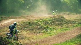Rennend op motorfietsen, die op een stoffige weg springen stock videobeelden