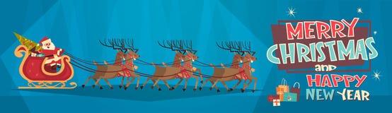 Rennes de Santa Riding In Sledge With, Joyeux Noël et bannière de concept de vacances d'hiver de carte de voeux de bonne année Photos libres de droits