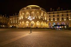 RENNES FRANKRIKE - NOVEMBER 11, 2017: Karusellen på natten, i beträffande arkivbild