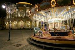 RENNES FRANKRIKE - NOVEMBER 11, 2017: Karusellen på natten, i beträffande Arkivfoton