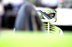 Rennfahrer auf dem Beginnen des Gitters Stockfotos